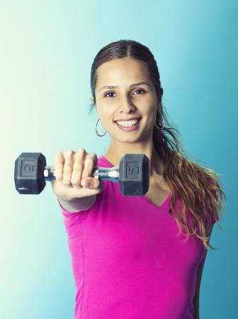 lifting weights: Hispanos Gimnasio Mujer levantando pesas