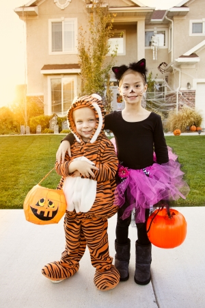 Kids Going Truc of het Behandelen op Halloween Stockfoto