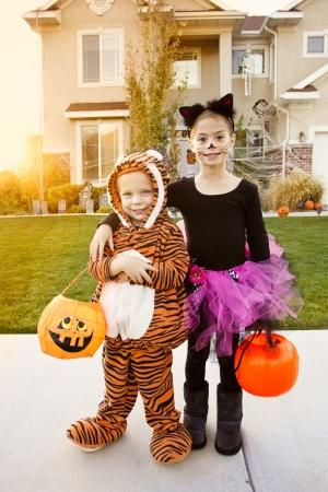 truc: Kids Going Truc of het Behandelen op Halloween Stockfoto