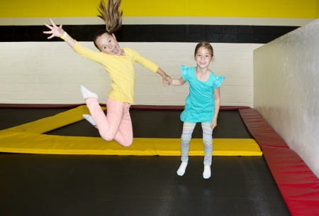 子供の屋内トランポリンでジャンプ