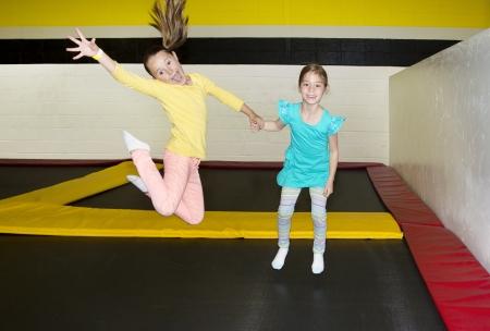 실내 트램폴린에서 점프 아이