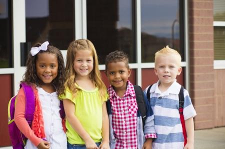 Portret van jonge kinderen de eerste dag van school