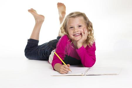 schreibkr u00c3 u00a4fte: Nettes kleines Mädchen, das ihre Hausaufgaben