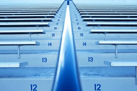 gradas estadio: Fila tras fila de las gradas del estadio y asientos Foto de archivo