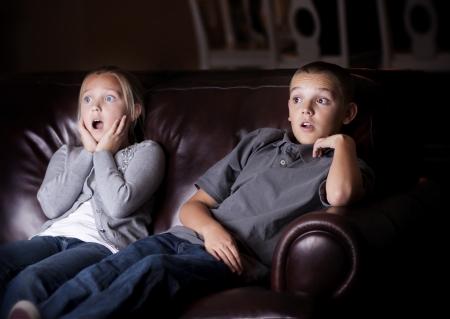 Kinderen kijken naar Shocking Televisie Programmering