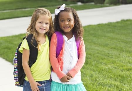 함께 학교에 걷고 귀여운 어린 소녀 스톡 콘텐츠