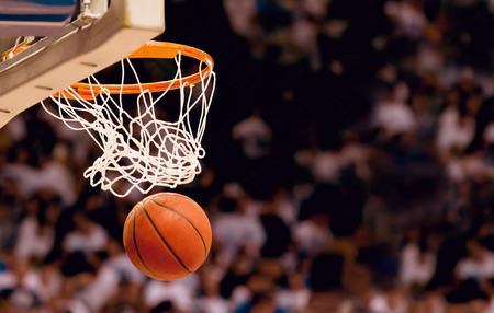 バスケット ボールの試合で勝利ポイントを得点
