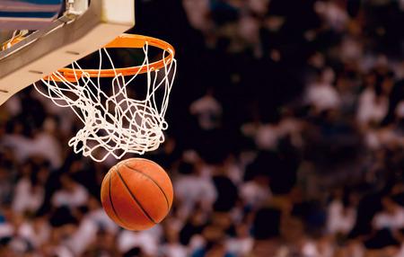 Het scoren van de winnende punten bij een basketbalwedstrijd