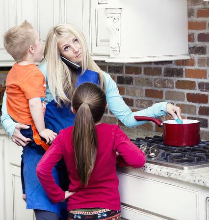 parent and child: Abrumado y frustrado mam� en la cocina Foto de archivo