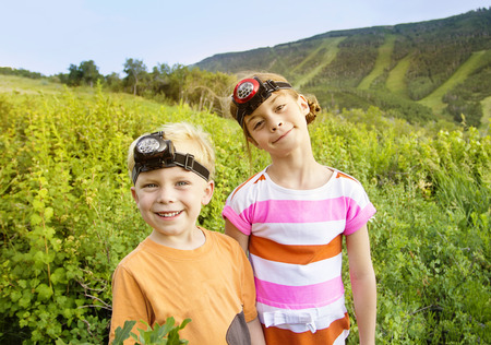 山の夏の冒険を楽しんでいる子供 写真素材