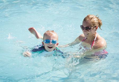 Schattige kleine jongen leren te zwemmen