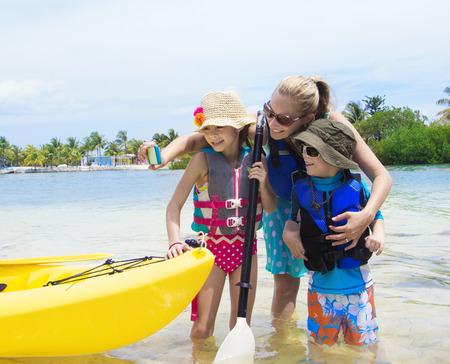 ocean kayak: Familia que toma selfie con el tel�fono inteligente mientras est� de vacaciones