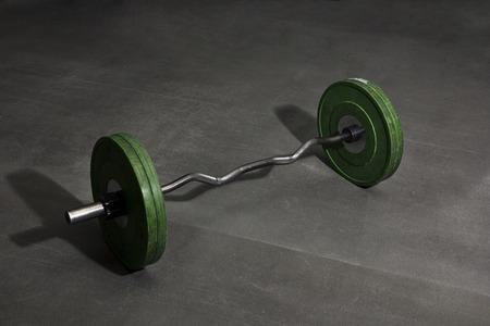 体育館の床でバーベルの重量 写真素材