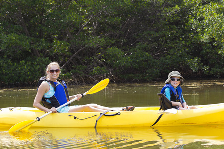 Kayaking in den Mangroven in Florida Standard-Bild - 29584394