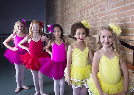 petite fille avec robe: Jeunes ballerines mignons � un studio de danse (de groupe diversifi� de filles)