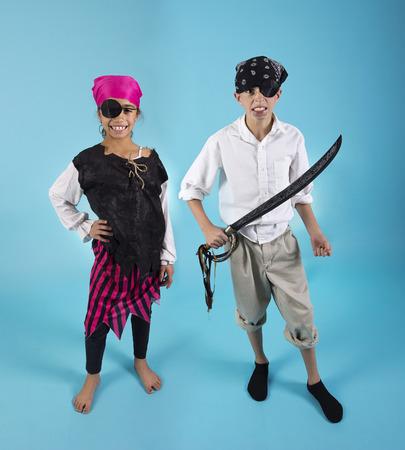 mujer pirata: Los niños vestidos con disfraces de Halloween pirata Foto de archivo