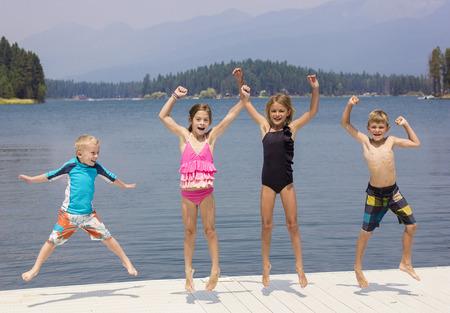 swim: Niños que se divierten en sus vacaciones de verano Foto de archivo