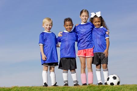 sport team: Jonge kinderen op een Team van het Voetbal groepsfoto Stockfoto