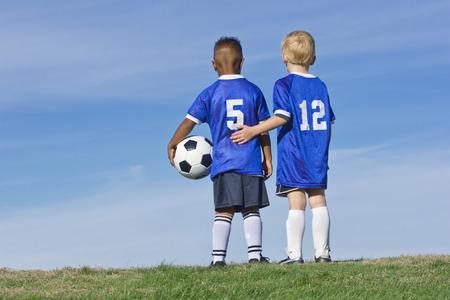 juventud: Jugadores de fútbol juvenil que se unen Vista posterior