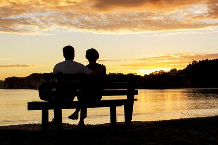 Paar beobachten einen wunderschönen Sonnenuntergang zusammen Standard-Bild - 36636218