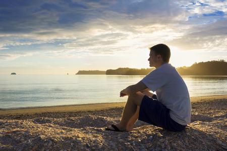해변에서의 일몰과 명상 즐기기 스톡 콘텐츠