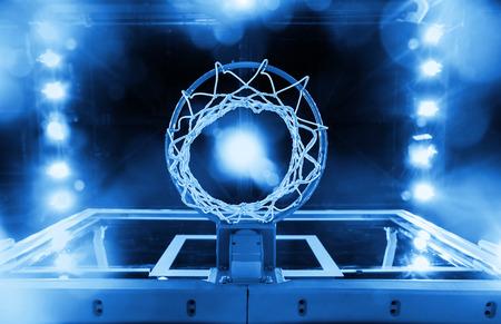 baloncesto: Canasta de baloncesto en un estadio deportivo en tonos azules