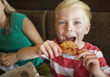 italienisches essen: groß, Biss, Jungen, offen, fröhlich, Käse, kind, niedlich, köstlich, Diät, Essen, Genießen, Genuss, Ausdruck, Gesicht, Familie, schnell, Lieblings, Lebensmittel, glücklich, hungrig, Innenaufnahme, italienisch, wenig, suchen, Mahlzeit, Mund, Menschen, Foto, Pizza, Restaurant, Scheibe, zu nehmen,