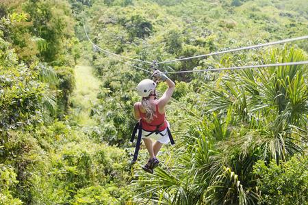 Frau, die auf einem Dschungel Zipline Adventure. Ansicht von hinten Standard-Bild - 42142494