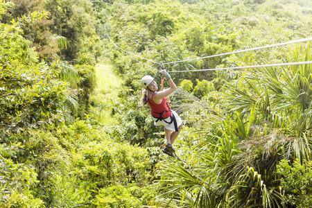 정글 지프 모험에가는 여자. 복사 공간의 로스