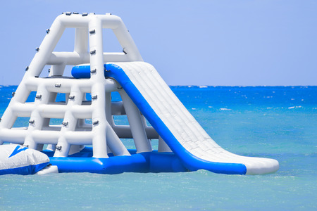 Opblaasbare glijbaan op een Caribisch eiland toevlucht Stockfoto - 42137720