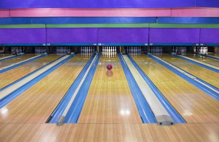 Generieke Kegelbaan rijstroken met bowling bal gaat naar de pinnen