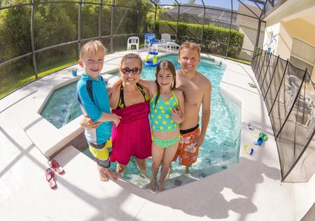행복한 가족 뒤뜰 수영장에서 연주