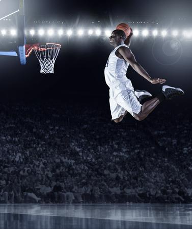 프로 농구 경기에서 체육, 놀라운 슬램 덩크를 득점 농구 선수