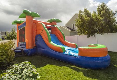 brincolin: Inflable castillo inflable tobog�n de agua en el patio trasero Foto de archivo