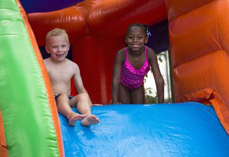 brincolin: Felices los ni�os se deslizan por una casa inflables