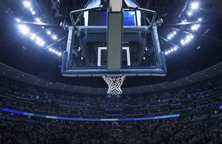 大規模なアリーナでバスケット ボールのバックボードが明るい。