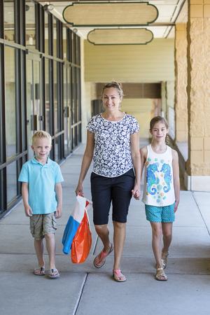 niño escuela: Volver a la escuela de compras con los niños