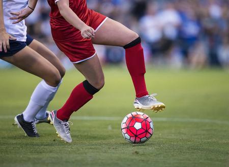 les femmes jouent dans un jeu de football sur un terrain de football Banque d'images