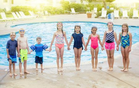 Grupo de niños jugando juntos en la piscina
