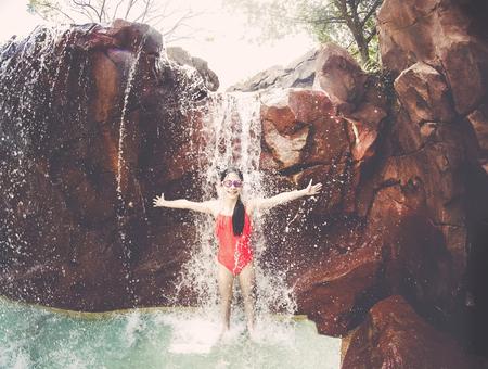 Jong Meisje Spelen In Een Waterval