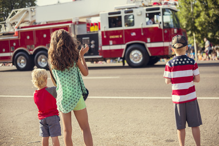 Kids watching an Independence Day Parade Stockfoto