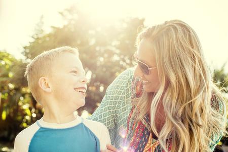 Gelukkig blij jong gezin plezier buitenshuis park. Candid leuke foto van twee mensen genieten van elkaar