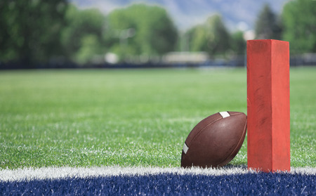 Laag veld zone voetbalveld. Selectieve focusfoto van de pyloon en touchdownlijn op een voetbalveld. Lage hoekweergave vanuit de eindzone