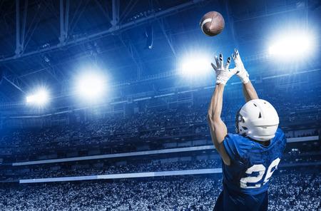 American Football Player Een touchdown vangen Pass in een groot stadion. Bekijk van onderaf Stockfoto