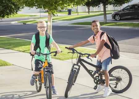 Jongens fietsen samen naar school Stockfoto