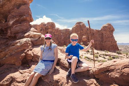 Leuk jong gezin op vakantie samen. Wandelen tussen de rode rotsformaties in de buurt van Moab, Utah en Arches National park.