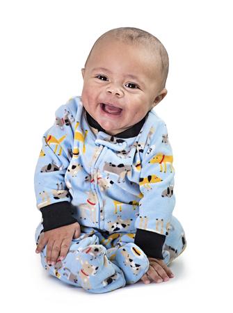 Volledig lengteportret van glimlachende zwarte babyjongen die op een witte achtergrond wordt geïsoleerd