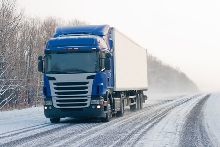 冬の道路上のブルー トラック 写真素材