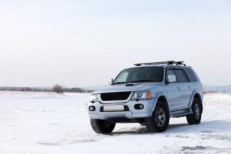 4wd car on the ice of frozen lake Banque d'images