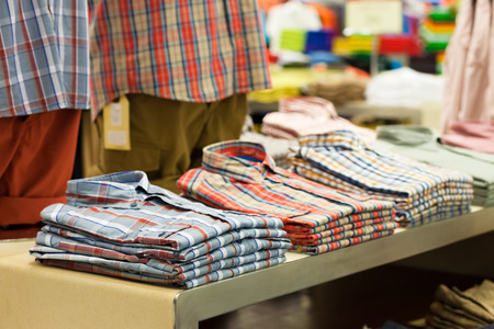 garderobe: Colored shirts in stacks in a shop